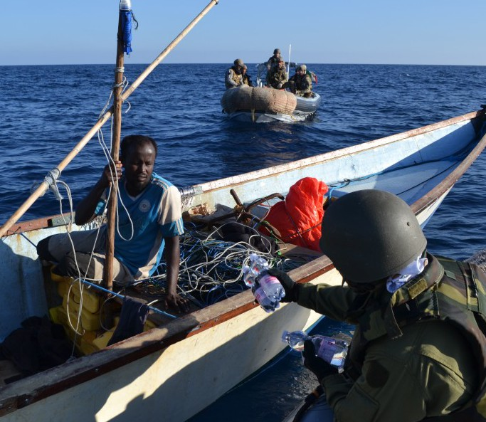 ITS-Carabiniere-personnel-liaise-with-somali-fishermen-1024x683